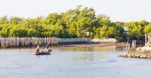 Pescador en el barco en el mar con el bosque del mangle fotos de archivo libres de regalías