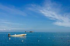 Pescador en el centro del océano Foto de archivo