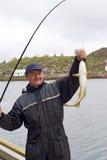 Pescador en el embarcadero en la isla Skrova Fotografía de archivo libre de regalías