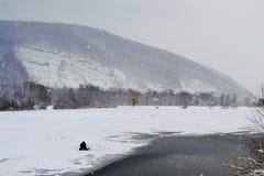 Pescador en el hielo Fotos de archivo