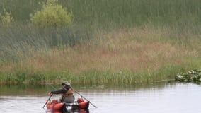Pescador en el lago almacen de video