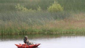 Pescador en el lago almacen de metraje de vídeo