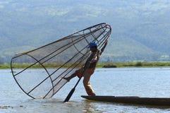 PESCADOR EN EL LAGO DE INLE EN BIRMANIA (MYANMAR) Imagen de archivo libre de regalías