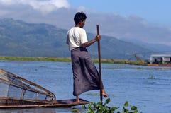 PESCADOR EN EL LAGO DE INLE EN BIRMANIA (MYANMAR) Fotos de archivo