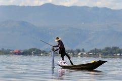 PESCADOR EN EL LAGO DE INLE EN BIRMANIA (MYANMAR) Imágenes de archivo libres de regalías