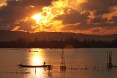 Pescador en el lago de Tailandia Foto de archivo libre de regalías