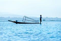 Pescador en el lago del inle, Myanmar. Foto de archivo libre de regalías