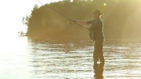 Pescador en el lago en un sombrero de vaquero almacen de video