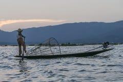 Pescador en el lago Inle en Myanmar Foto de archivo libre de regalías