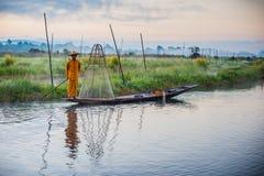 Pescador Pescador en el lago Inle en la salida del sol imágenes de archivo libres de regalías