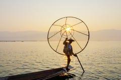 Pescador en el lago Inle, Shan, Myanmar Imagenes de archivo