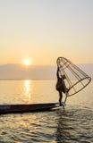 Pescador en el lago Inle, Shan, Myanmar Fotos de archivo