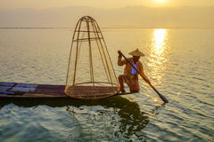 Pescador en el lago Inle, Shan, Myanmar Imagen de archivo