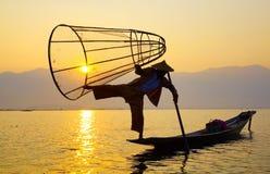 Pescador en el lago Inle, Shan, Myanmar Imagen de archivo libre de regalías