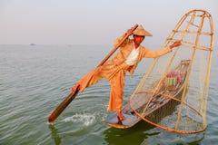 Pescador en el lago Inle, Shan, Myanmar Foto de archivo