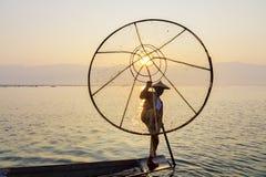 Pescador en el lago Inle, Shan, Myanmar Fotografía de archivo