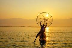 Pescador en el lago Inle, Shan, Myanmar Foto de archivo libre de regalías
