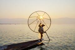 Pescador en el lago Inle, Shane, Myanmar Imagen de archivo libre de regalías