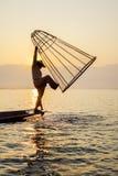 Pescador en el lago Inle, Shane, Myanmar Foto de archivo
