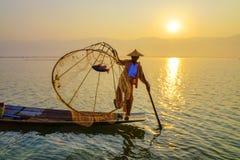 Pescador en el lago Inle, Shane, Myanmar Imagenes de archivo
