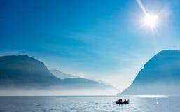 Pescador en el lago lugano, Suiza imagen de archivo libre de regalías