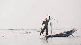 Pescador en el lago myanmar del inle Fotos de archivo