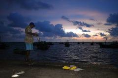 Pescador en el mar fotografía de archivo