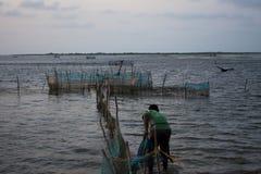 Pescador en el mar fotos de archivo