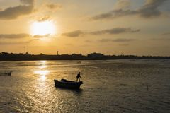Pescador en el mar foto de archivo