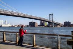 Pescador en el puente de Williamsburg en Nueva York fotografía de archivo libre de regalías