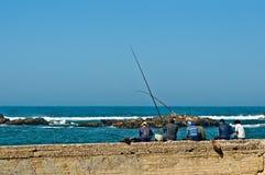 Pescador en el puerto de Essaouira imagen de archivo
