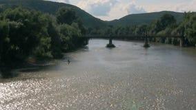 Pescador en el río almacen de video