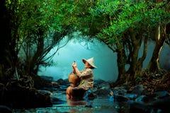 Pescador en el río en Chiangmai foto de archivo