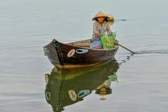 Pescador en el río del ² n de Thu BÃ en Hoi An, Vietnam Imagen de archivo libre de regalías