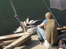 Pescador en el riverbank fotos de archivo