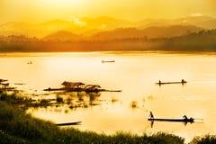 Pescador en fondo de la puesta del sol Fotos de archivo