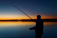 Pescador en fondo de la puesta del sol Rusia, Yamal Imagen de archivo