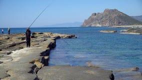 Pescador en formaciones de roca naturales en la playa de Koru, Gazipasa, Antalya, Turquía almacen de metraje de vídeo