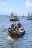 Pescador en Indonesia en un barco Imagen de archivo libre de regalías