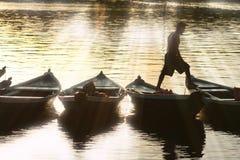 Pescador en la canoa Fotos de archivo libres de regalías