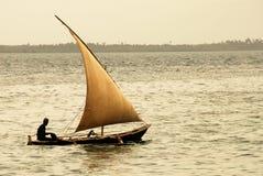 Pescador en la isla de Zanzibar Imagenes de archivo