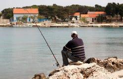 Pescador en la pesca en mar Fotos de archivo
