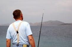 Pescador en la pesca en mar foto de archivo libre de regalías