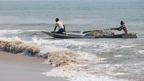 Pescador en la playa del mar Imagen de archivo libre de regalías