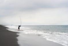 Pescador en la playa del océano Imagen de archivo libre de regalías