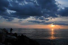 Pescador en la puesta del sol fotografía de archivo libre de regalías