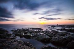 Pescador en la puesta del sol con las nubes Fotos de archivo libres de regalías
