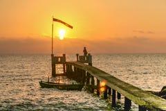 Pescador en la puesta del sol en la isla de Phu Qhoc Imagen de archivo libre de regalías