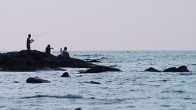 Pescador en la puesta del sol roja metrajes