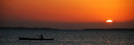 Pescador en la puesta del sol - Zanzibar Foto de archivo libre de regalías